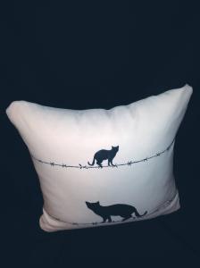 cushion44_catbk_wh_ue