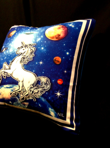 cushion44_unicorn_ura_side