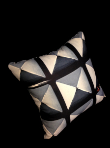 cushion_pyramid_omote_nanameue1